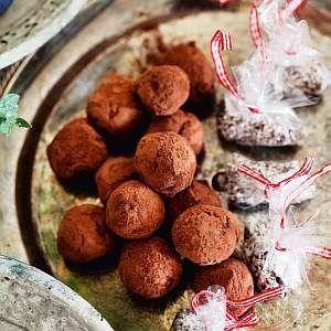 Kookos-minttumakeiset 1. Sekoita kuiva-aineet. Lisää vatkattu kananmuna, sulatettu voi ja minttulikööri. Sekoita hyvin. Anna vetäytyä tunti jääkaapissa. 2. Leivo pitkä tanko ja leikkaa 3–4 cm pituisia paloja. Pyöritä palat kookoshiutaleissa.