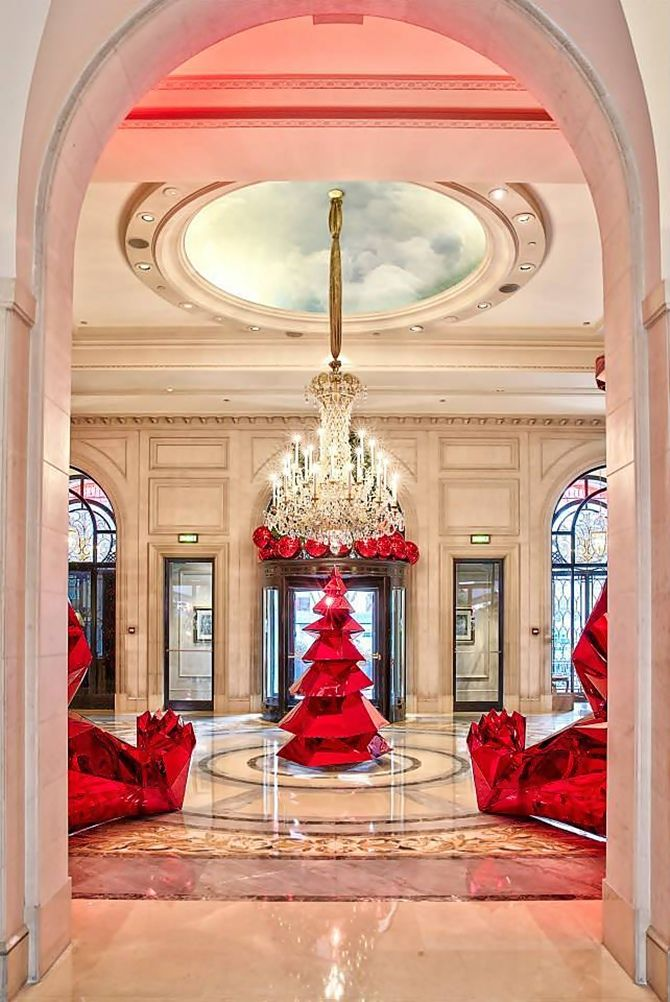 Hotel George V - eff Leatham, diretor artístico do Four Seasons Hotel George V, em Paris, transformou soberbamente o lobby e o pátio do hotel para o período festivo e mágico do Natal.