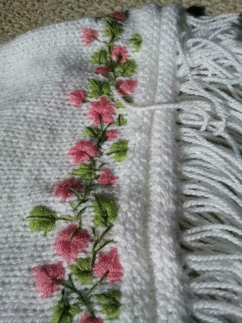 Poncho niñita a palillos con bordado en lana