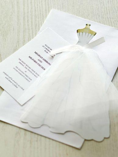 おしゃれ婚をかなえるペーパーアイテム 軽やかなチュールをあしらったドレス招待状