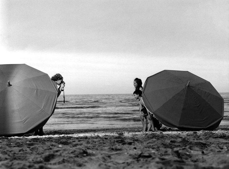 Les photographes de nos vacances (4/8) : Robert Doisneau. Des vacanciers se prennent en photo sur la plage, en 1963. ROBERT DOISNEAU / GAMMA-RAPHO