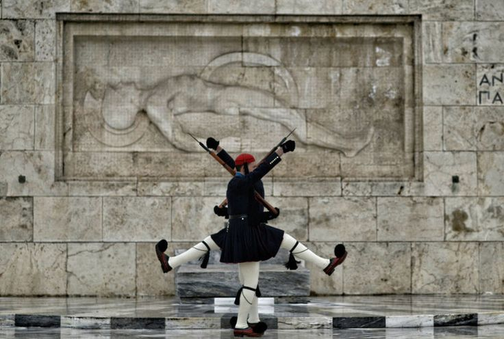 Soldados de la Guardia Presidencial realizan el cambio de guardia delante de la tumba de un soldado desconocido afuera del Parlamento en Atenas, Grecia