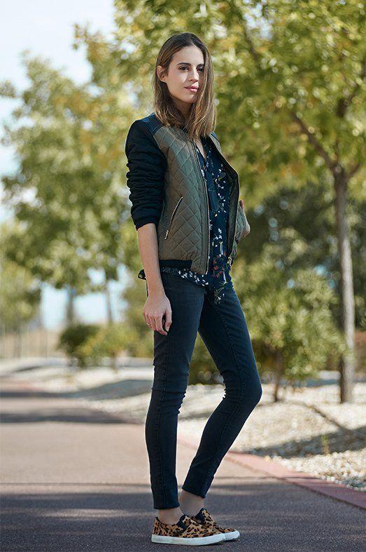 ¡SÍ AL GUATEADO! Bomber de Ada Gatti, blusa de Divina Providencia, pantalón de Jacqueline de Yong y zapatillas Diesel Footwear.