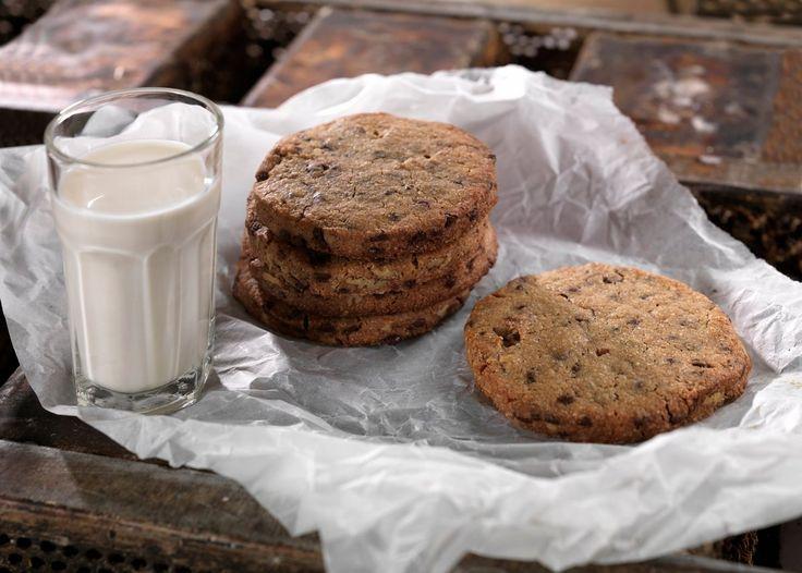 Hvert år selges tusenvis av boller, brød og cookies over disken i det koselige Bakeriet i Lom. Nå deler vi Morten Schakendas gode oppskrift med deg. Av denne oppskriften får du ca 20 store, lyse cookies. God fornøyelse!