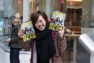 チラシ配りの先輩ビヨンセ増田久美子、さすがシュッツシュッツシュッと配ります。上手い!