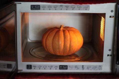 Come sbucciare la zucca velocemente e senza fatica nel microonde. Trucco in cucina. Basterà pochissimo tempo per poter sbucciare la zucca gialla o arancio