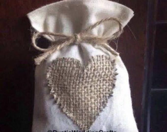 Calicot favoriser les sacs avec des coeurs de toile de jute; sacs de faveur; faveurs de mariage; mariage rustique; décoration de mariage rustique