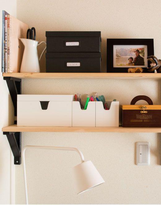 Des couleurs et des motifs coordonnés sur les étagères ouvertes créent une impression d'ordre.