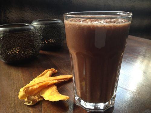 Een lekker warm drankje wat nog goed voor je is ook. Deze gezonde chocolademelk zet je in no-time op tafel. Lactosevrij, suikervrij, glutenvrij.