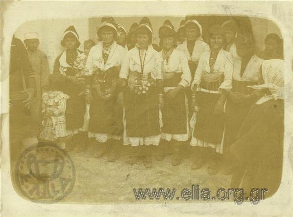 Γυναίκες με μακεδονίτικες φορεσιές.  Χρονολογία1913 c.  Αρχείο/ΣυλλογήΠΑΡΑΣΚΕΥΟΠΟΥΛΟΣ, ΛΕΩΝΙΔΑΣ ΕΛΙΑ-ΜΙΕΤ