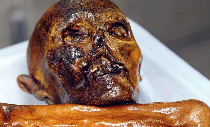 Der Mann aus dem Eis hat 61 Tätowierungen. Sie hatten medizinische Zwecke, sitzen an Akupunkturpunkten. Und sie sind die ältesten Tätowierungen: Bei noch älterer Haut aus Chile unterlief ein Datierungsfehler.