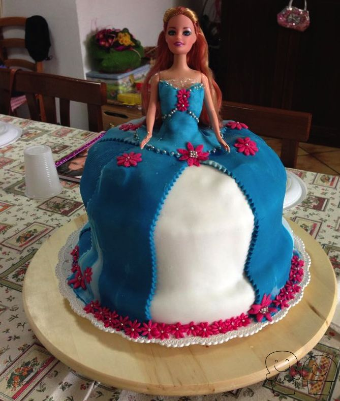 #birthday #cake #torta #compleanno #mordimibyemme #barbie #bambola #cakedesign #dress #vestito #tortabarbie #barbiecake #flower #princess