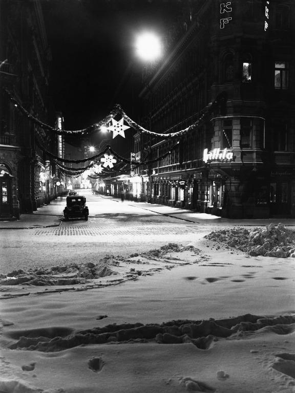 Kluuvikatu joulukatuna. Constantin Grünberg 1938. Helsingin kaupunginmuseo. Helsinki