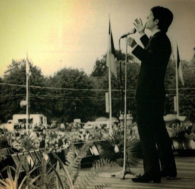 Baris Manco henüz ülkesinde taninmadigi yillarda Belcika'da bir festivalde sarki söylerken