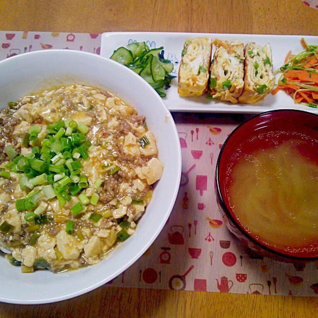 豆苗はめんつゆとだしの素で炒めるだけでお気に入り~ - 15件のもぐもぐ - 8月4日 麻婆豆腐丼 だし巻き卵 きゅうりの酢の物 にんじんと豆苗の炒め物 玉ねぎの中華風スープ by sakuraimoko