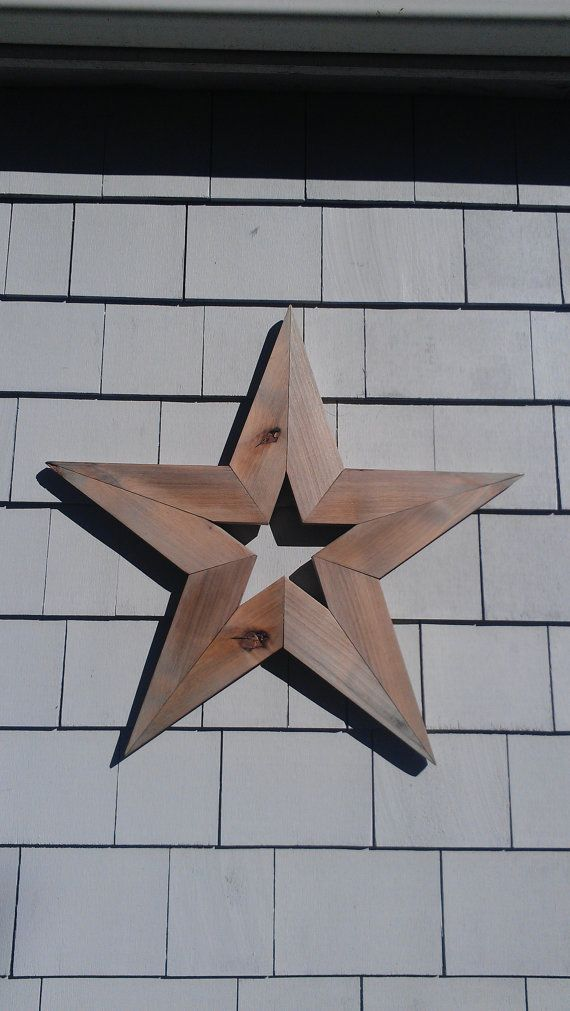 HANDGEMAAKTE PRIMITIEVE COTSWOLDS STAR  STER is gemaakt van gerecycled schuur hout. Deze STER meet 24-inch breed, 24-inch hoog en 1 diep. STER heeft een zaagtand hanger voor een eenvoudige installatie.  Deze STER heeft een verweerde afwerking met beschermende wax coating. De kleur is een verweerd grijs, zoals die van een oude houten hek. Deze STER is rustiek en noodlijdende met natuurlijke knopen en molen merken. Onze 1e keuze is het bouwen van onze producten uit teruggewonnen of…