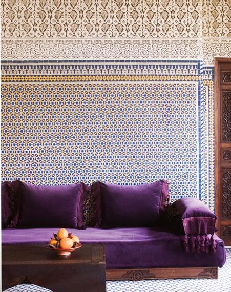 die besten 10 lila sofa ideen auf pinterest juwel ton raum bunte teppiche und antike couch. Black Bedroom Furniture Sets. Home Design Ideas