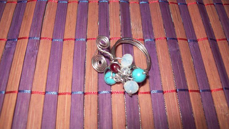 Συρμάτινο δαχτυλίδι με ημιπολύτιμες πέτρες τιρκουάζ, φεγγαρόπετρες και κρυσταλλάκια