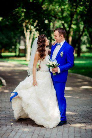 Костюм жениха в одном цвете с туфлями невесты