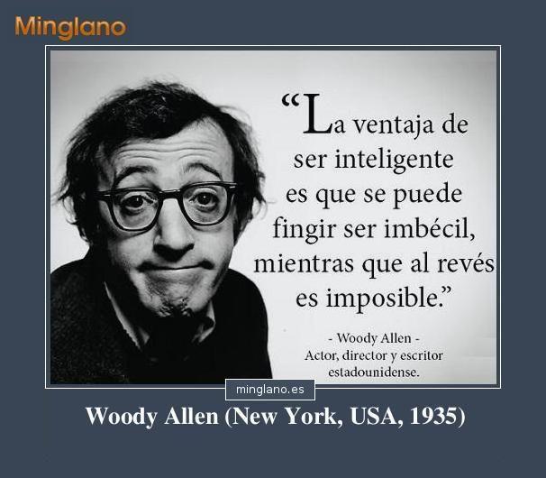 Frase de Woody Allen que habla sobre las personas que son inteligentes pero que a veces se hacen el tonto