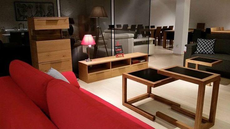Meble do salonu: szafka rtv oraz półka z szufladami. Klasyczne drewniane meble z funkcją przechowywania.