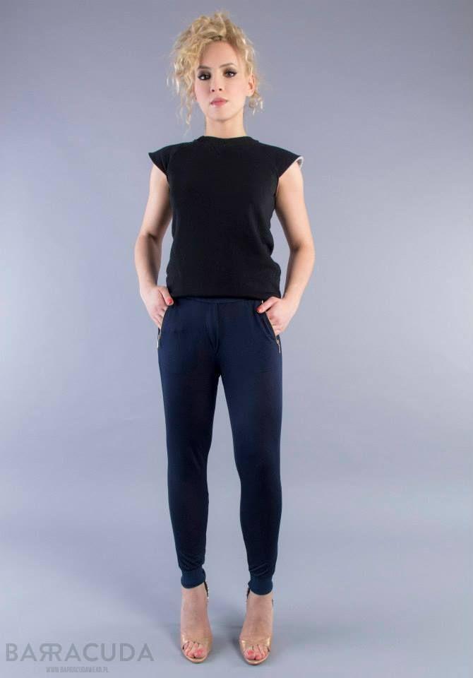 Na zdjęciu: - Czarna bluzka z odstającymi rękawkami - Granatowe spodnie z kieszonkami na zamek #barracudawear http://www.barracudawear.pl/basic/bluzka-z-odstajacymi-rekawkami/ http://www.barracudawear.pl/basic/spodnie-z-kieszeniami/