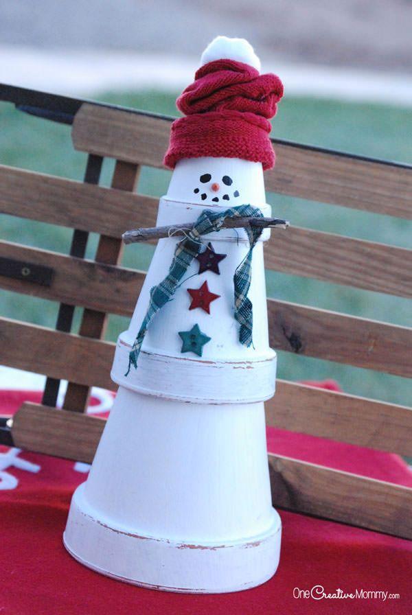 Pupazzo di neve con vasetti di terracotta