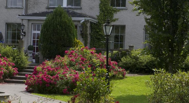 Castle Oaks House Hotel Limerick The Castle Oaks Hotel sits on the banks of the River Shannon, just a 5-minute drive from Limerick Castletroy, Limerick University. It has an award-winning restaurant, a pool, spa and free parking.