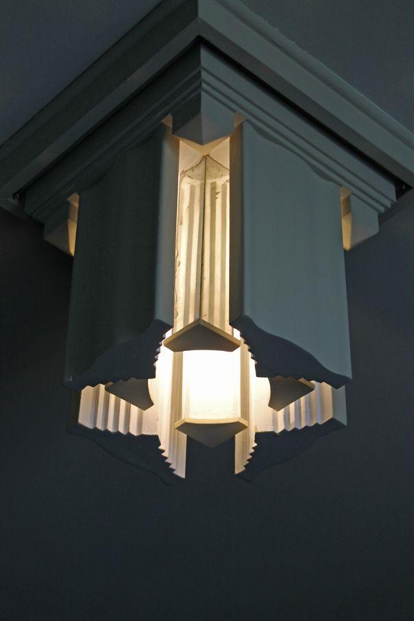 ¿Sabias qué los prismas de las lámparas de la biblioteca, con forma de pilar, están forrados de espejo en su superficie interna para reflejar mejor la luz?