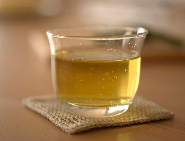 Chá verde, preto ou branco (Camelia sinensis) - Todos provenientes da mesma planta, o que muda é o tipo das folhas: no chá branco, são as folhas novas, ainda em crescimento; no verde, são as folhas apenas secas; e no preto, as folhas são fermentadas. São antioxidantes e ajudam na digestão, por isso os orientais tomam após as refeições