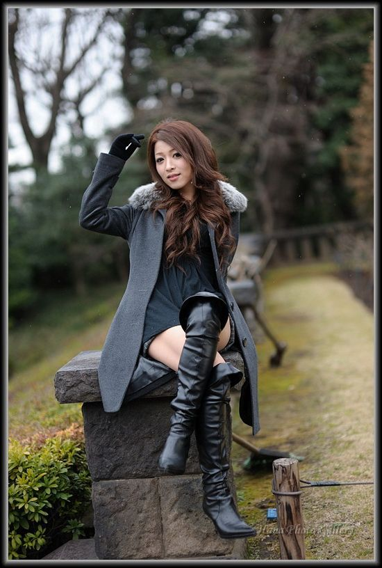 asian-in-sexy-boots-estelle-desanges-pissing