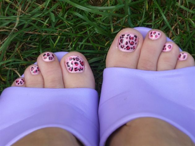 Leopard Toenail Art. I was thinking about doing this and hadn't seen this yet.  Nice!  Good color choice.