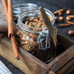 Världens enklaste granola recept. Finns inga ursäkter att inte testa. Ni kommer inte bli besvikna. Väldigt gott på smoothie bowls, yoghurt med färska bär eller över pannkakor.