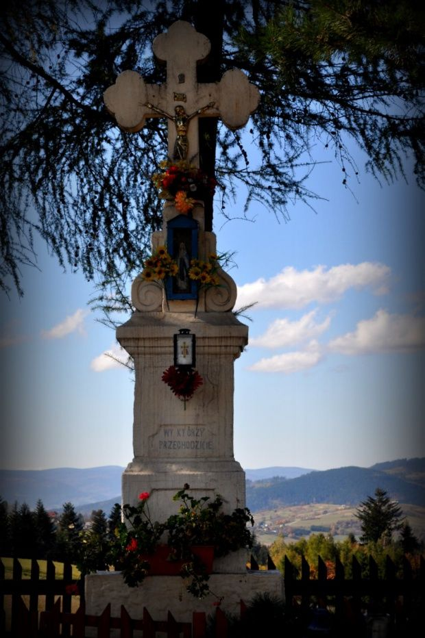 Kamesznica - Beskid Śląski. Kapliczka na Przełęczy Koniakowskiej, przy szlaku na Baranią Górę.