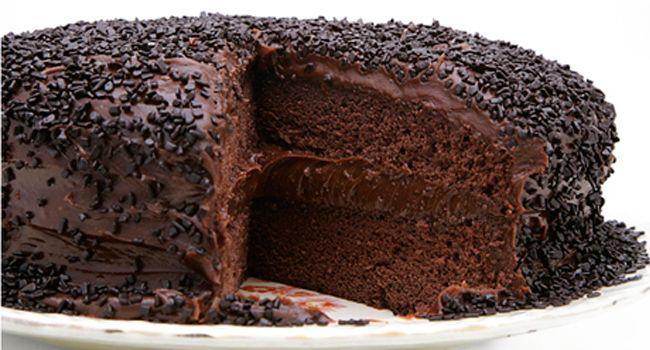 Bolo de chocolate com brigadeiro e granulado belga