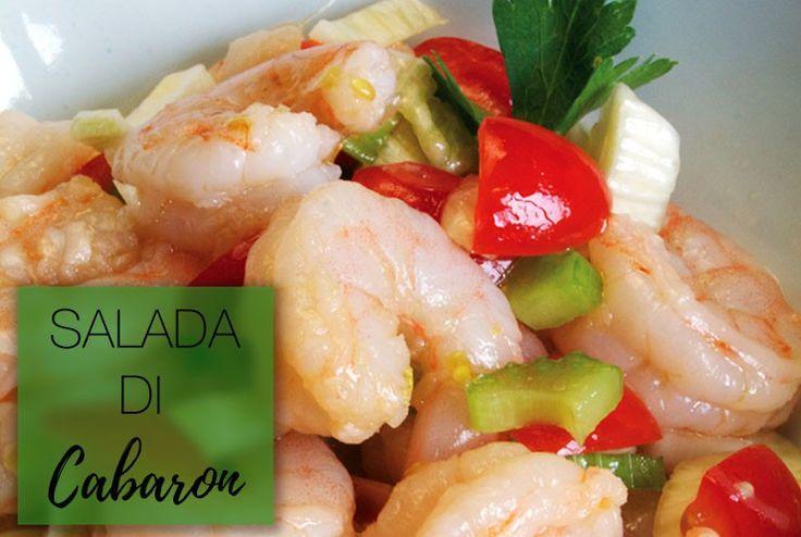Deze salade is fris, gezond… en smaakt natuurlijk alsof je op een tropisch eiland bent! INGREDIËNTEN: 500 gr garnalen 2 bosuitjes 1 rode paprika 1 takje bleekselderij 1/2 madame Jeanette peper (naar smaak!) 1 limoen 1/2 sinaasappel een takje korianderblad, gehakt 2 teentjes knoflook zout en peper naar smaak BEREIDING: Maak de garnalen schoon en …