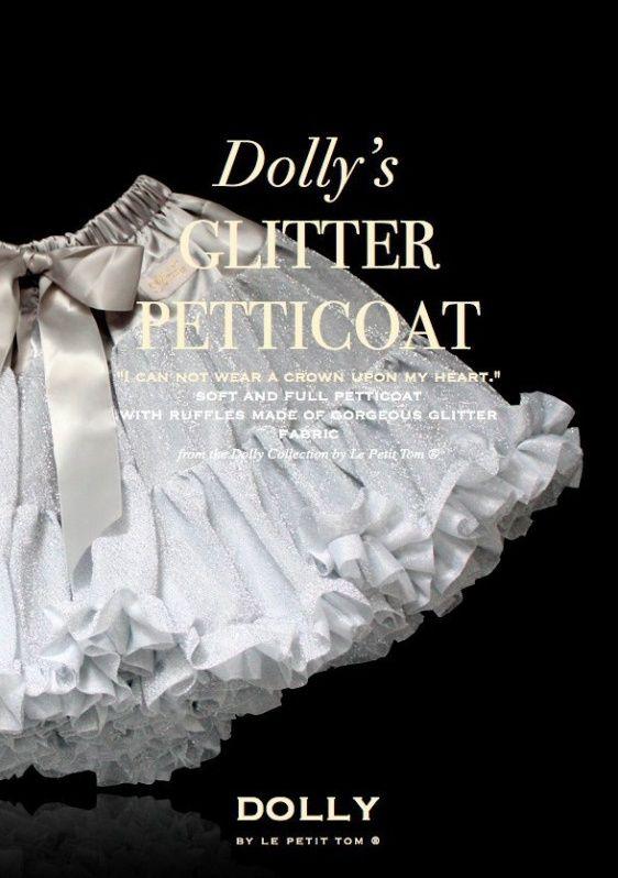Sukně Dolly Petti Třpytivá Stříbrná Nádherná dolly sukně z kolekce Marie Antoinetta, inspirovaná viktoriánským stylem a sladkými barvami. Ta nejjemnější petti sukně z hebkého nylonu, kterou si prostě musíte zamilovat. Bohatý objem a nařasení z vás udělá dokonalou dámu, saténový pas se stuhou se přizpůsobí díky regulační gumě. Doporučujeme kombinovat s jednoduchým, hladkým topem, tričkem, krátkým sáčkem, džínovou či koženou bundičkou, jako botky můžete zvolit boty na podpatku, kozačky či…