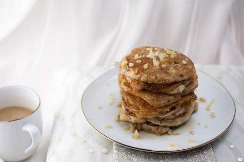 I pancake sono un'alternativa golosa per la colazione o per la merenda. Questo dolce tipico degli Stati Uniti ricorda le crepes francesi. I pancake però sono più piccoli e più spessi. I pancake classici vengono serviti accompagnati da sciroppo d'acero, confetture e frutta fresca.