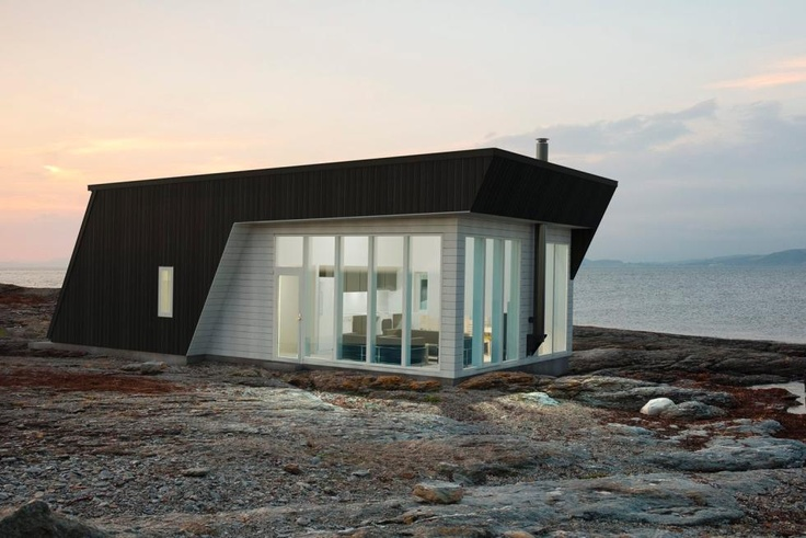 Cottage by the sea often get a more modern look than the cabin in the mountains. (Photo: Hellvik House) #Sea #Cottage #Norway
