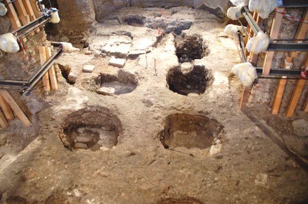 Durante il corso dei lavori di restauro della chiesa gli architetti Roberto Scannavini e Francisco Giordano rinvennero sotto la quota del pavimento la Crocifissione attribuita poi a Giunta Pisano: la scoperta consentì quindi il ritrovamento e lo scavo dell'inedita cripta (dal 2007 al 2009 - Fondazione Carisbo).