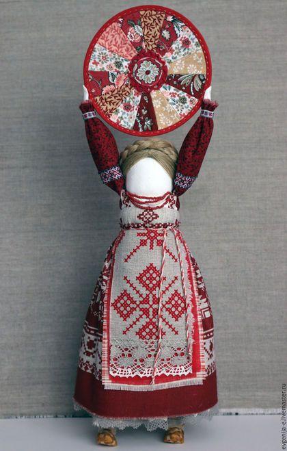 Купить или заказать 'Домашняя масленица' семейный оберег в интернет-магазине на Ярмарке Мастеров. 'Домашняя масленица' авторская кукла образ, создана по мотивам русской народной традиции. Это куколка является мощным оберегом жилища, знаком семейного благополучия и счастливой жизни Кукла Домашняя Масленица бытовала в Тульской губернии. Её называли дочкой Масленицы или её младшей сестрой. Она символизировала крепкий достаток и здоровое потомство молодой семьи.