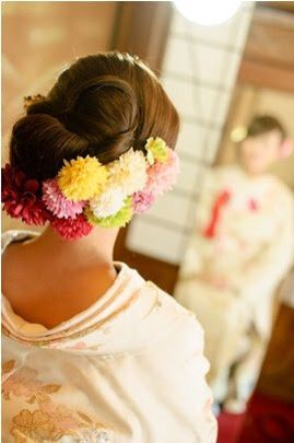 色とりどりのピンポンマムでキュートなまとめ髪♡ 色打掛に合う夏らしい髪型一覧。白無垢ヘアの参考にも☆
