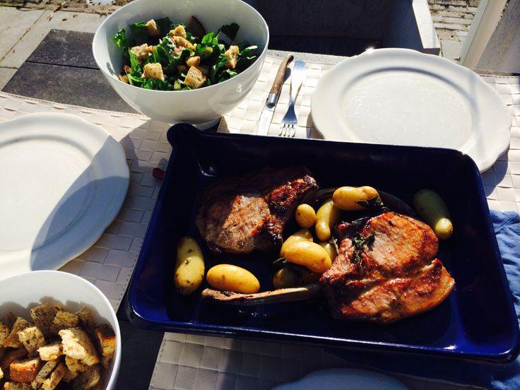 Livar karbonade met krieltjes en romaine sla en croutons