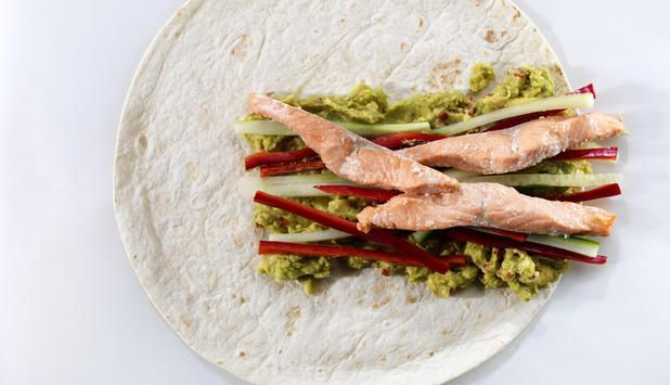 Laks passer til sterke smaker og guacamole er en av dem. Kombiner laks og guacamole i en wrap med agurk og paprika, så har du et smakfullt måltid for hele familien.