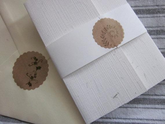 Kraft papieren zegels met varen blad en geraniumtakjes erop gestempeld --- Leuk als sluitzegel op een envelop, etiketten of op je handgema. €2,50, via Etsy.