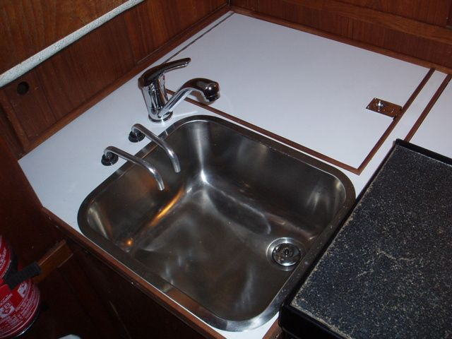Tiskiallas. Tähän mahtuu reilusti lautanen tai paistinpannu, ja sijainti on sellainen, että naamankin voi pestä.