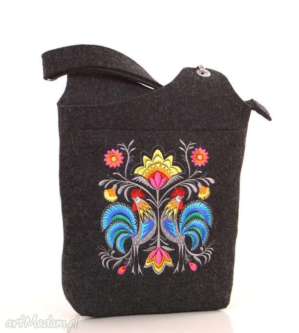 ciemna filcowa torebka z folkowymi kogutami. $32