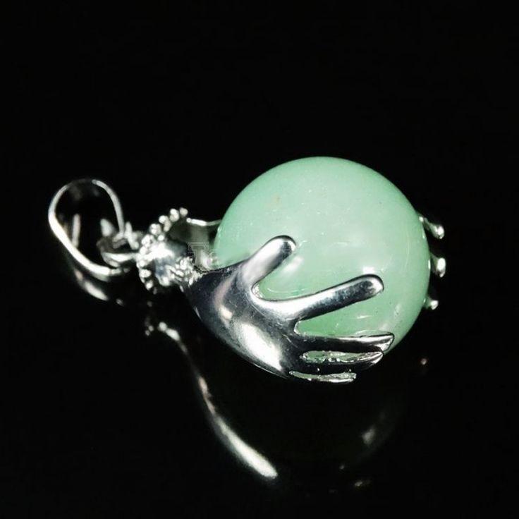 """Healing Hands Aventurijn """"POSITIVITEIT"""" Verzilverde metalen hanger met een aventurijn bol ingeklemd tussen twee helende handen. Een symbool van bescherming en spiritualiteit. Aventurijn is de steen van het hart die staat voor zachtheid, vriendschap, trouw en optimisme. Deze Healing Hands edelsteen hanger brengt positiviteit en lichte, opgewekte energie. Kleurdiepte (lichter en donkerder groen) verschilt per bol."""