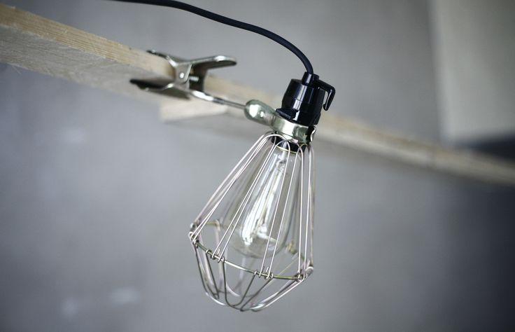 Artilleriet Cage Lamp- Originalet! Smart industrilampa som kan klämmas fast i bokhyllan, på bordet, spegeln eller hängas fritt från taket. Svart sladd. Glödlampa ingår ej i priset.