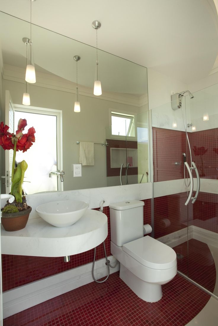 Banheiro com Pastilhas Vermelhas de Banheiro de Aquiles Nicolas Kilaris - Viva Decora